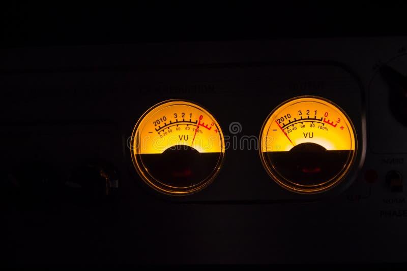 Motsvarighetvu-meter som glöder på svart bakgrund royaltyfri fotografi
