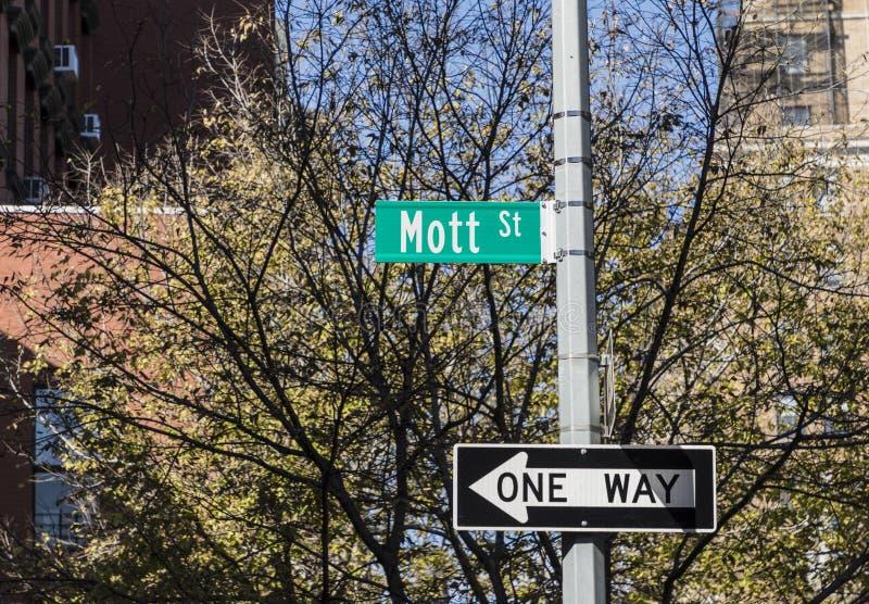 Mott för gatatecken gata royaltyfri bild
