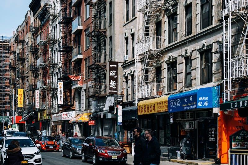 Mott gatasikt i porslinstad med massor av kinesisk för tecken Lower Manhattan in royaltyfria foton