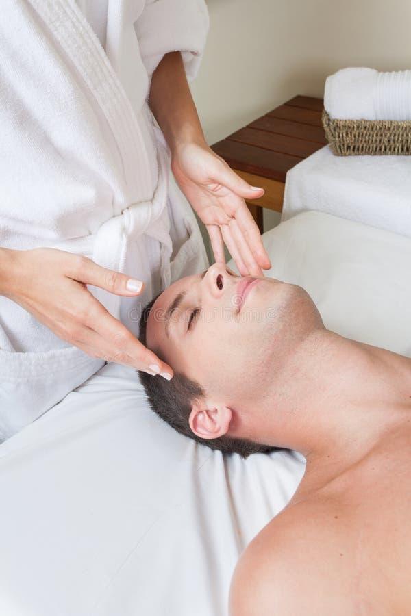 motta för manmassage royaltyfria bilder