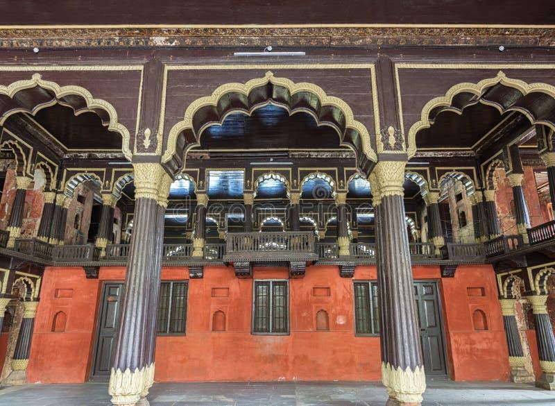 Mottagandekorridor och kunglig ask på Tipu Sultan Palace i Bangalore. royaltyfri foto
