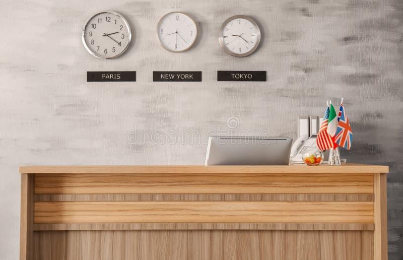 Mottagandeskrivbord i hotell royaltyfri foto