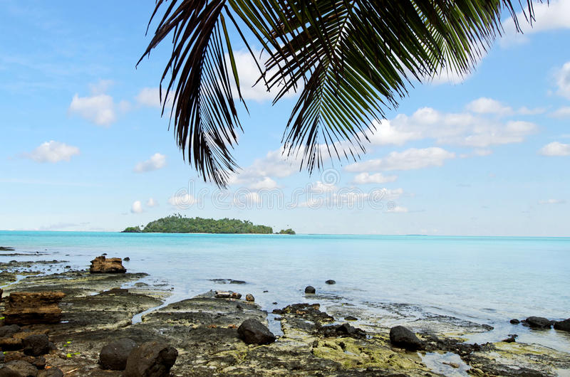 Moturakau海岛风景在Aitutaki盐水湖库克群岛 免版税库存图片