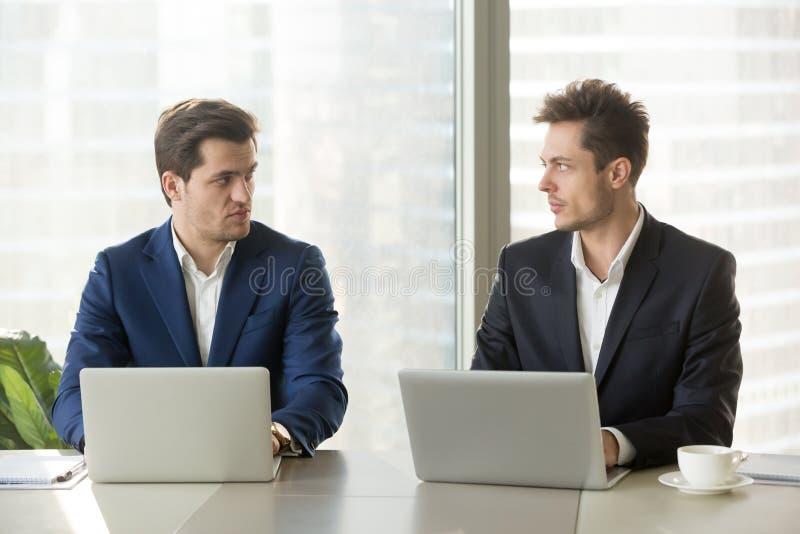 Motvilja för två säker affärsmän, affärscompetiti royaltyfria foton