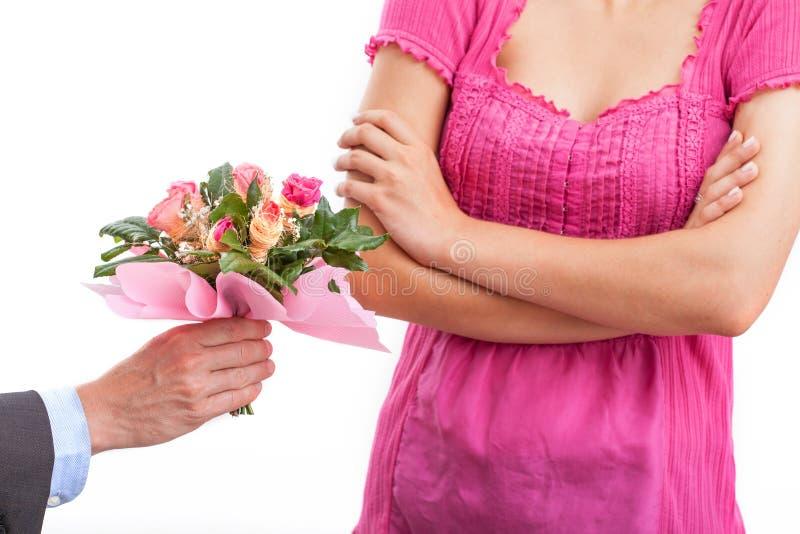 Motvillig kvinna i rosa färger royaltyfri foto