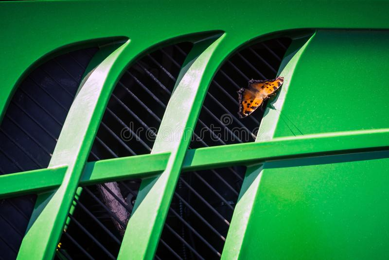 motyl siedział puszek na kaloryferowej kratownicie cowl stary ciągnik zdjęcia royalty free