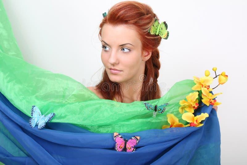 motyli kwiatów z włosami czerwona kobieta zdjęcia stock