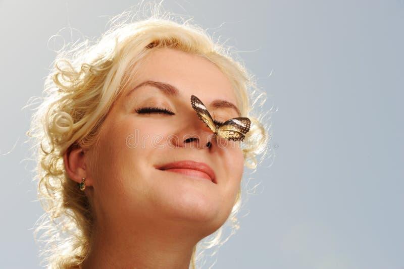 motyliego nosa siedząca kobieta obraz royalty free
