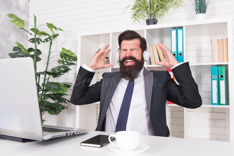 Motywacyjna muzyka biznesmen sukces Mężczyzny urzędnika słuchający muzyczni hełmofony Dobry nastrój i inspiracja fotografia royalty free
