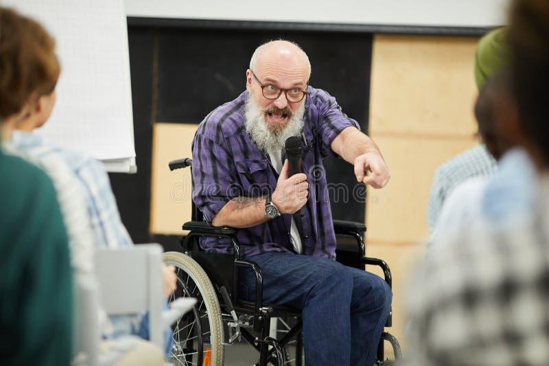 Motywacyjny niepełnosprawny mówca przy konferencją zdjęcie royalty free