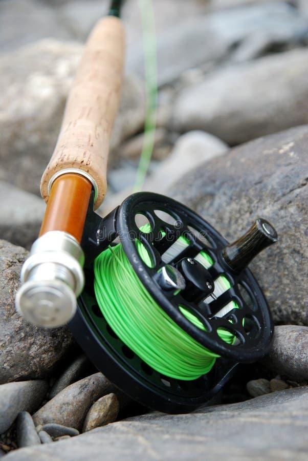 Mouche canne à pêche et bobine photographie stock libre de droits