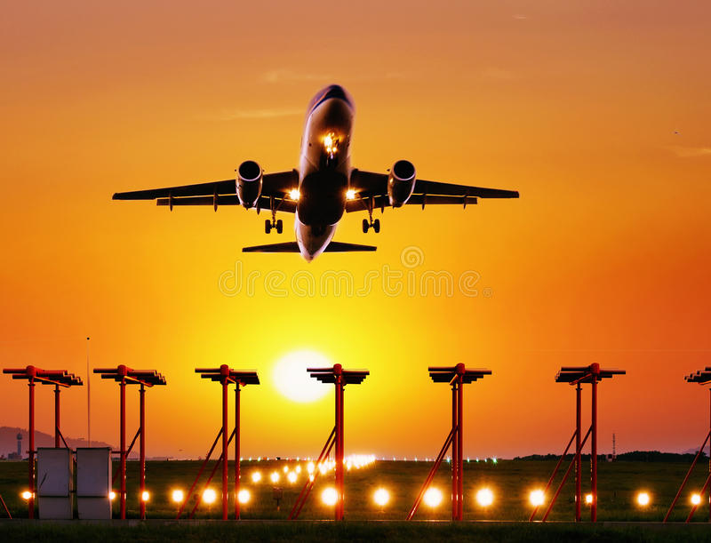 Mouche d'avion de passagers  photographie stock libre de droits