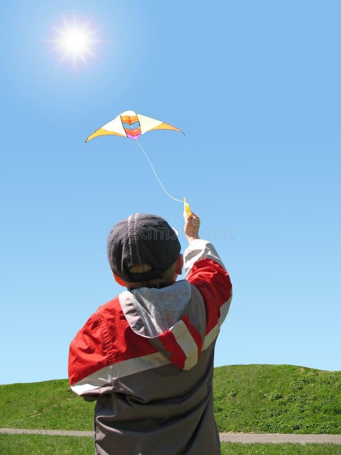 Mouche de garçon un cerf-volant photo libre de droits