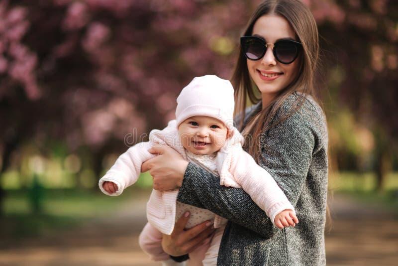Mouche de maman avec son petit bébé en parc de tha Famille heureux photographie stock