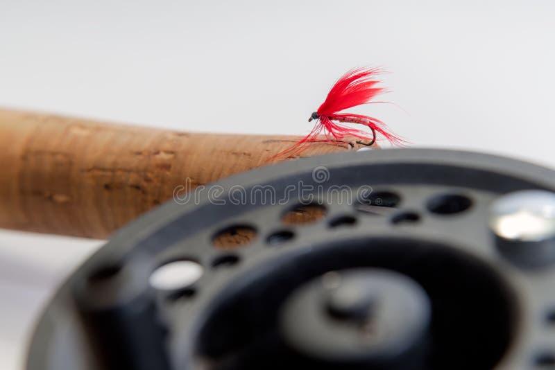 Mouche de pêche de mouche sur la tige sur le fond blanc Bobine et vintage images libres de droits