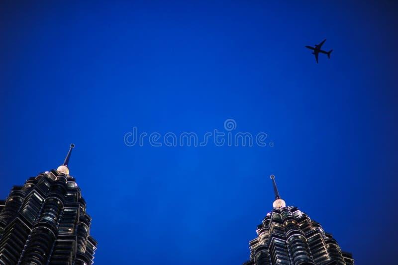 Mouche de vol de Comersial au-dessus de Kuala Lumpur Twin Tower, Kuala Lumpur Malaysia photos libres de droits
