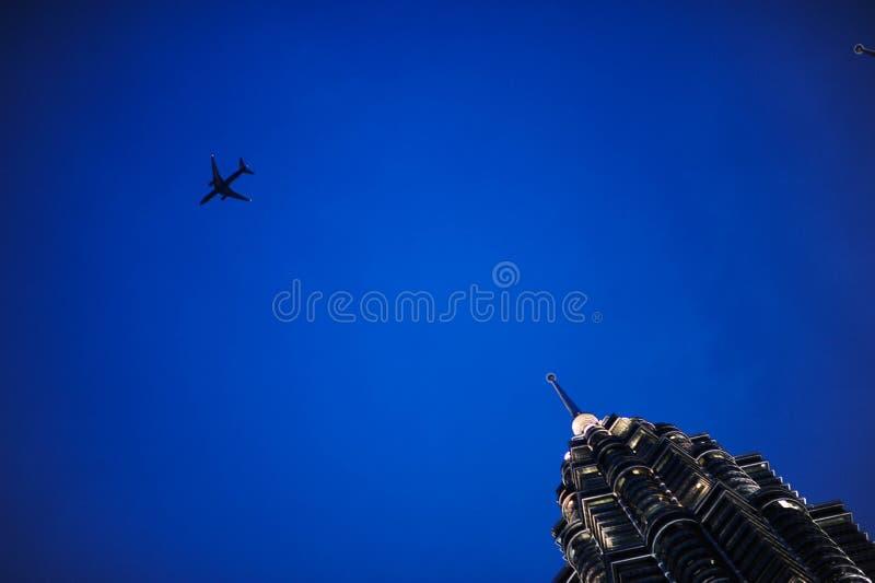 Mouche de vol de Comersial au-dessus de Kuala Lumpur Twin Tower, Kuala Lumpur Malaysia photo libre de droits