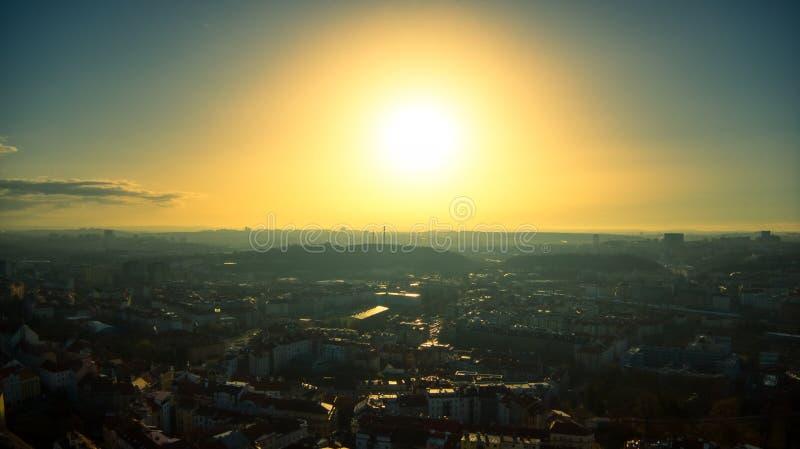 Mouche ensoleillée de Prague au-dessus de ciel bleu aucun nuages image libre de droits