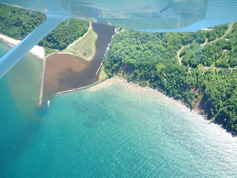 Mouche par le lac Supérieur image stock