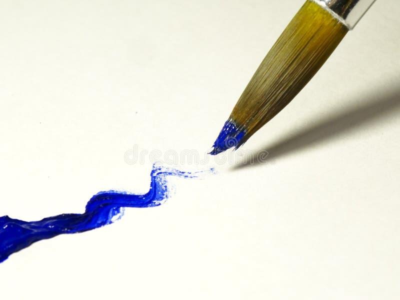 Mouillez la brosse avec le plan rapproché bleu de peinture photos libres de droits