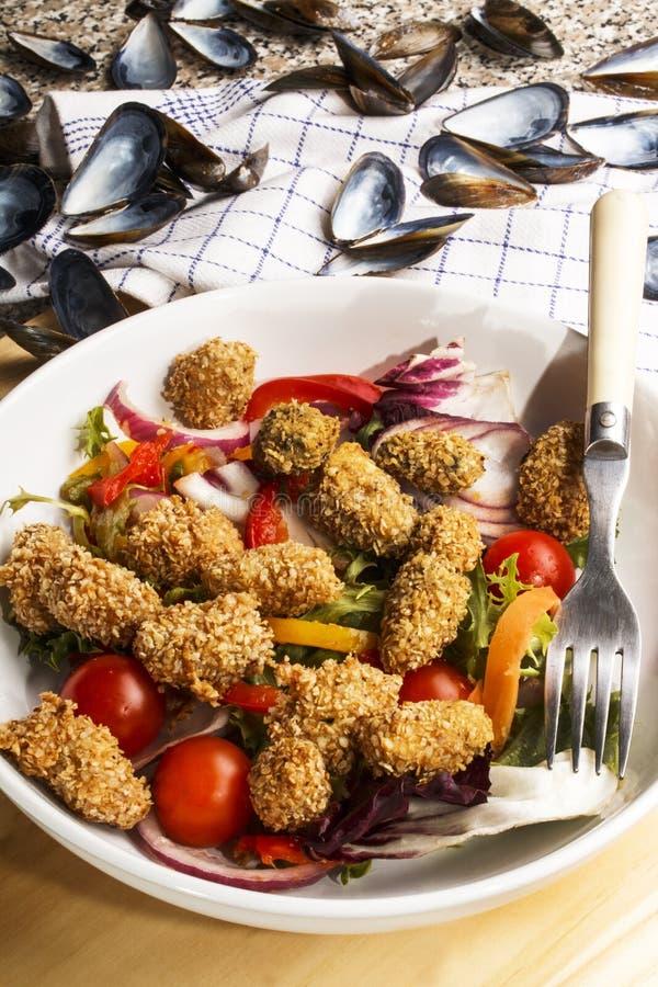Moule enduite avec le son d'avoine et la salade fraîche photographie stock
