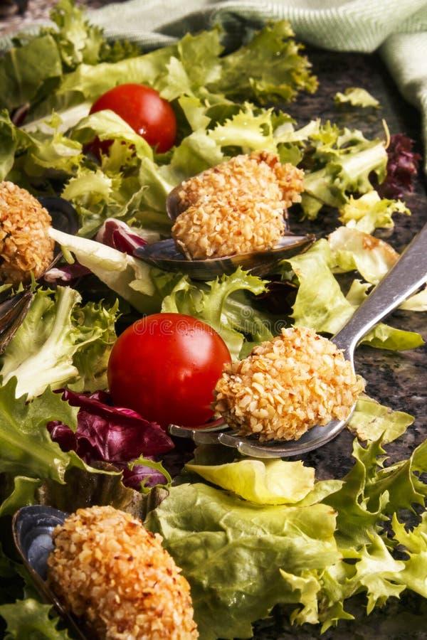 Moule enduite avec le son d'avoine et la salade fraîche image stock