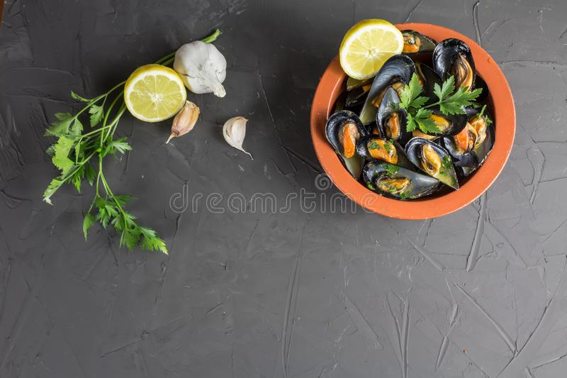 Moules appétissantes dans une cuvette d'argile, un plat méditerranéen traditionnel, le copie-espace photographie stock