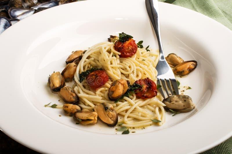 Moules avec des spaghetti en sauce au vin blanche photographie stock libre de droits