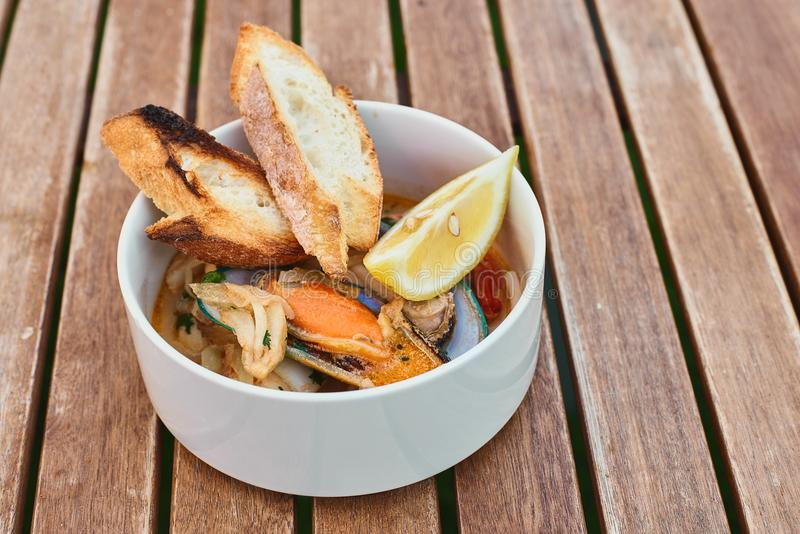 Moules en vin avec le persil et le citron Fruits de mer Palourdes dans les coquilles Casse-croûte délicieux pour des gourmands Fo photo stock