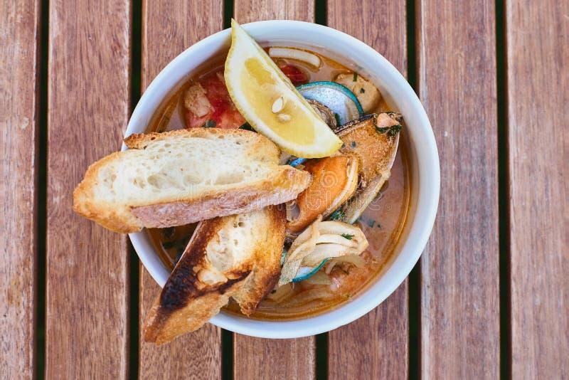 Moules en vin avec le persil et le citron Fruits de mer Palourdes dans les coquilles Casse-croûte délicieux pour des gourmands Fo images stock