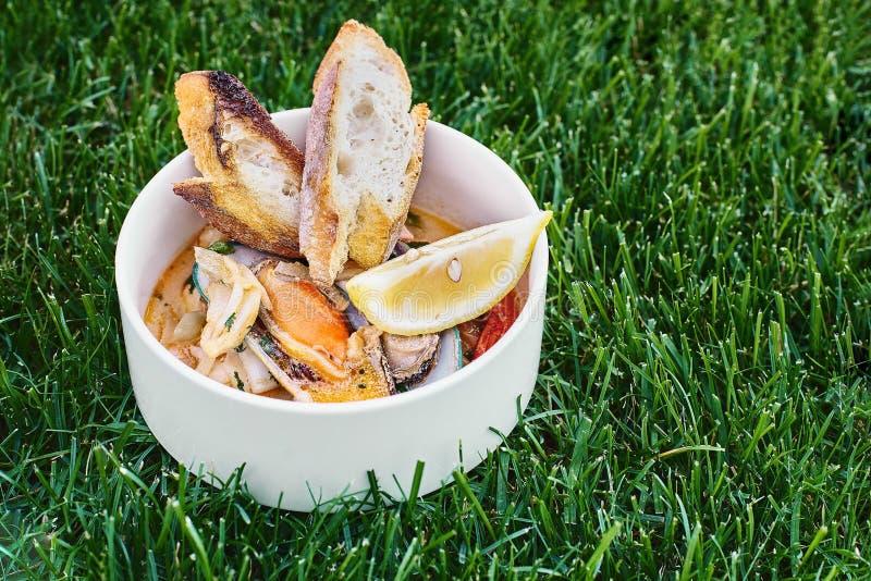 Moules en vin avec le persil et le citron Fruits de mer Palourdes dans les coquilles Casse-croûte délicieux pour des gourmands Fo images libres de droits