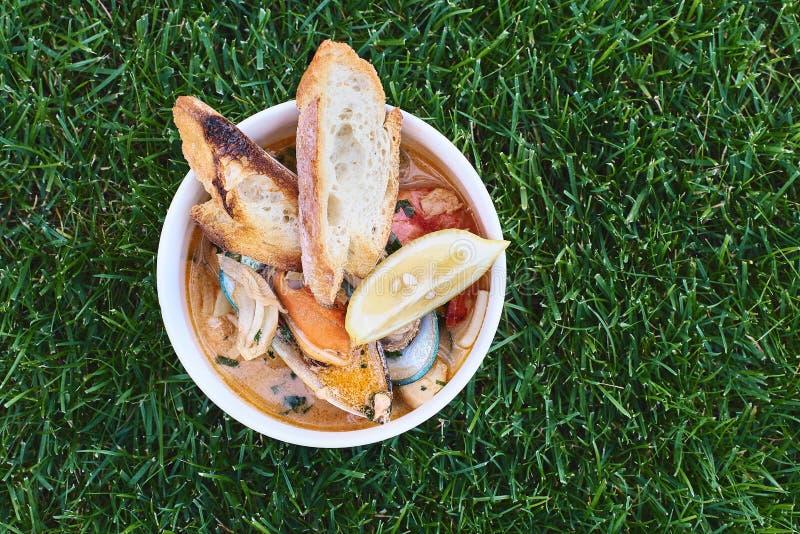 Moules en vin avec le persil et le citron Fruits de mer Palourdes dans les coquilles Casse-croûte délicieux pour des gourmands Fo photographie stock