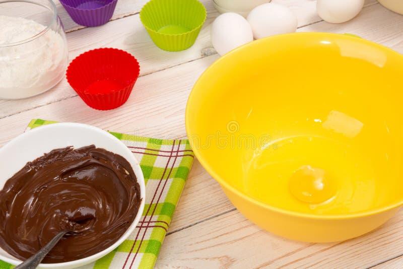 Moules et ingrédient pour le petit gâteau et les petits pains de cuisson photographie stock