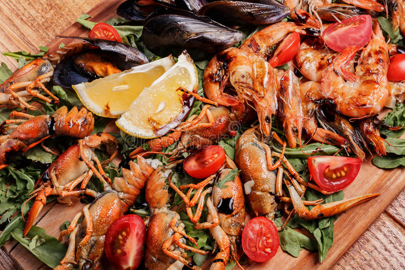 Moules fraîches, écrevisses, crevette PLATEAU DE FRUITS DE MER photographie stock
