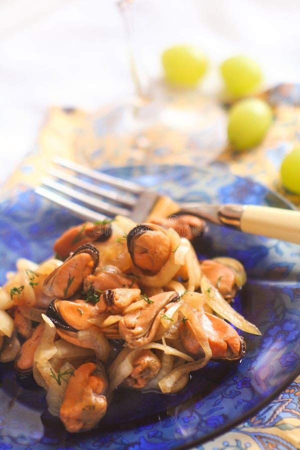 Moules fraîches marinées faites maison à l'oignon photo libre de droits