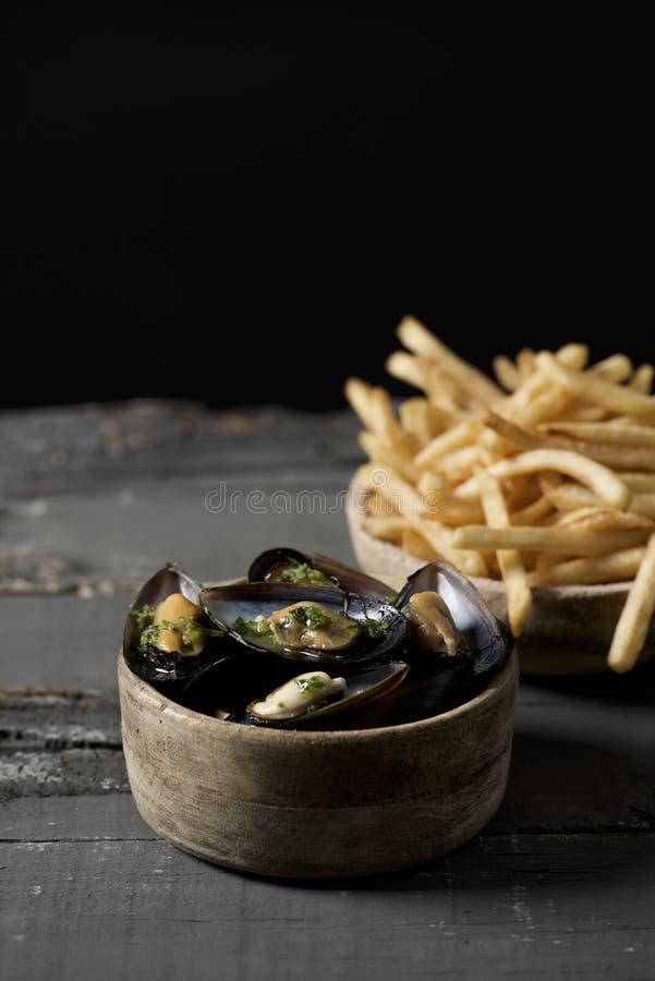 Moules-moules-frites, χαρακτηριστικά βελγικά μύδια και τηγανητά στοκ εικόνες