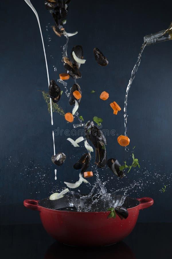 Moules mariniere in een plons stock fotografie