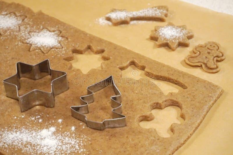 Moules pour les gâteaux de cuisson sur la pâte Noël aromatique et biscuits épicés préparés photo libre de droits