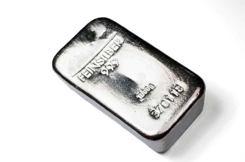 Moulez l'argent en lingot pesant 1 kilogramme d'isolement sur le fond blanc photographie stock libre de droits