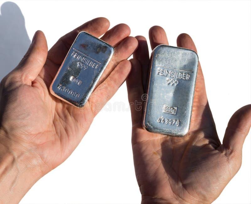 Moulez les barres argentées pesant 1 kilogramme et 500 grammes photo libre de droits