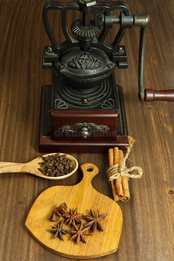Moulin à café et quelques épices photos stock