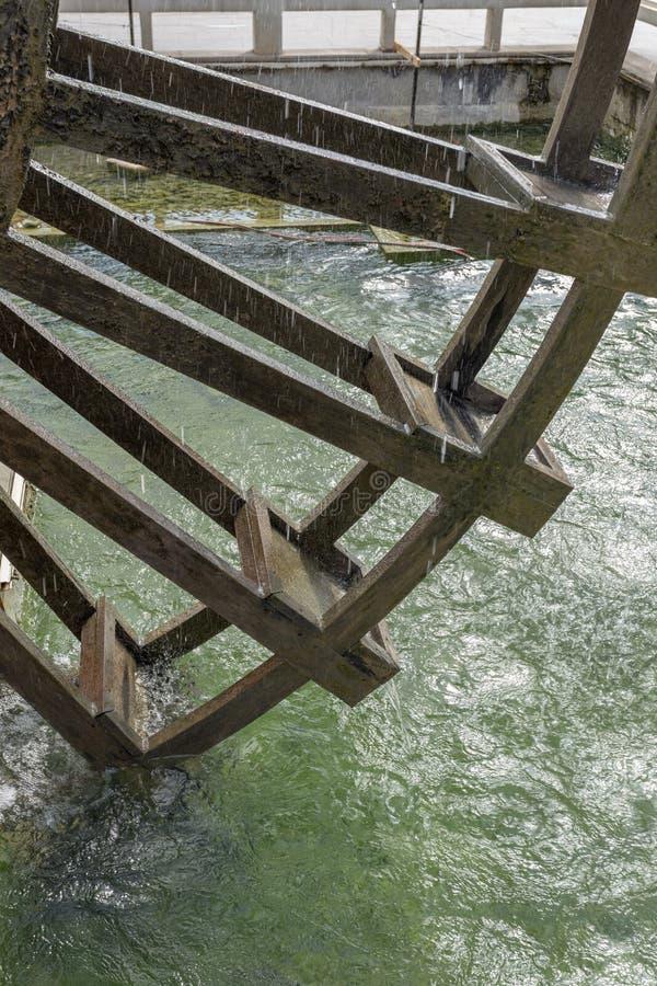 Moulin à eau en bois de cru images stock