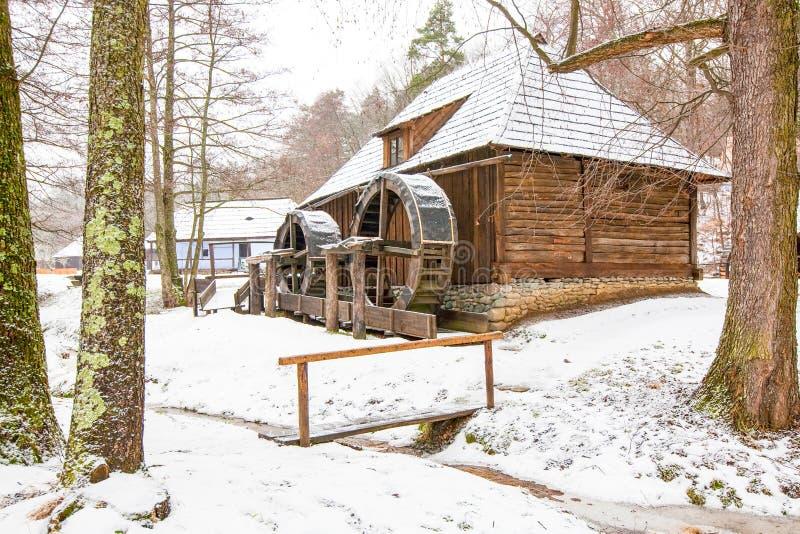 Moulin à eau médiéval dans le musée roumain photos stock