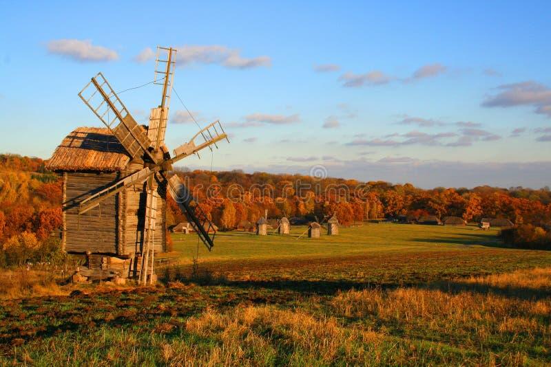 Moulin à vent à l'horizontal d'automne image stock