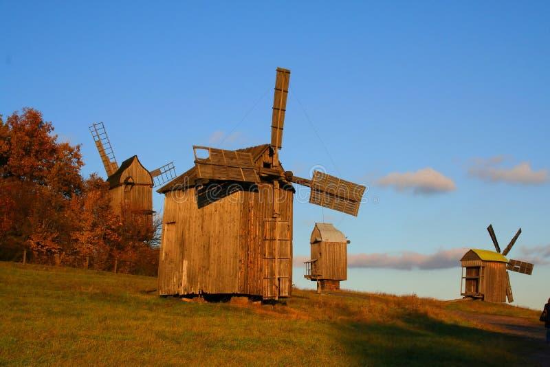 Moulin à vent à l'horizontal d'automne photo libre de droits
