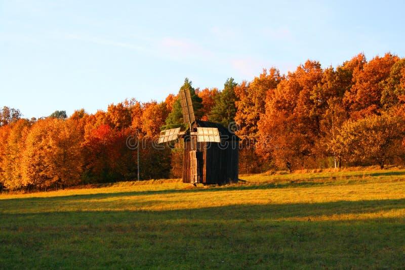 Moulin à vent à l'horizontal d'automne images libres de droits