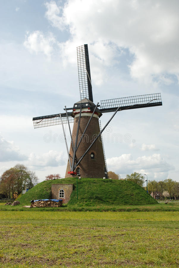 Moulin à vent (arrière) dans l'horizontal hollandais avec des nuages photo stock