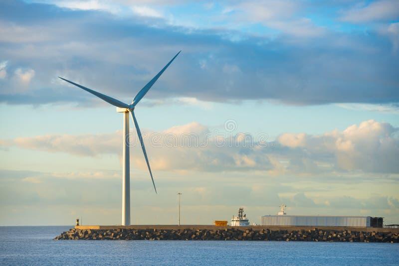 Moulin à vent au bord du brise-lames images libres de droits