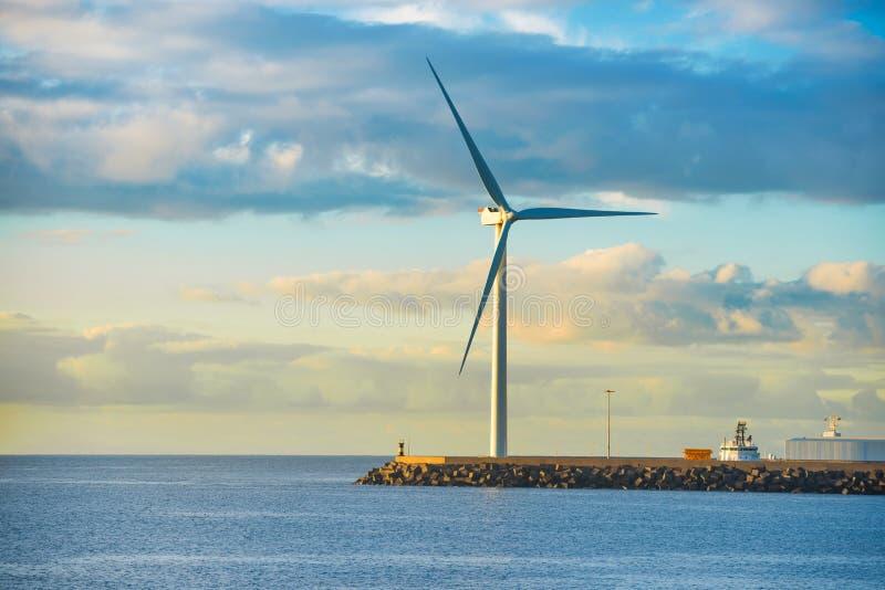 Moulin à vent au bord du brise-lames photo stock
