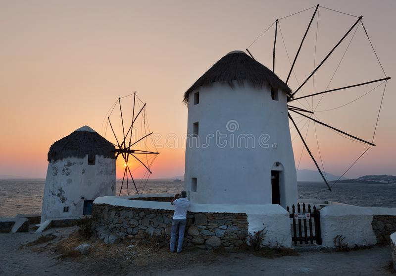 moulin à vent au coucher du soleil, île de Mykonos, Cyclades, Grèce photographie stock
